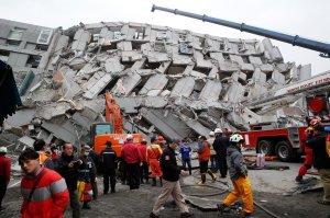 Los rescatistas registraron los escombros de un edificio derrumbado en Tainan, Taiwán, el sábado después de un terremoto de magnitud 6,4.Crédito...Wally Santana / Associated Press