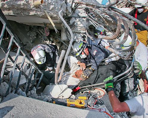 Imagen de los intentos de rescate en Haití después del terremoto de enero de 2010