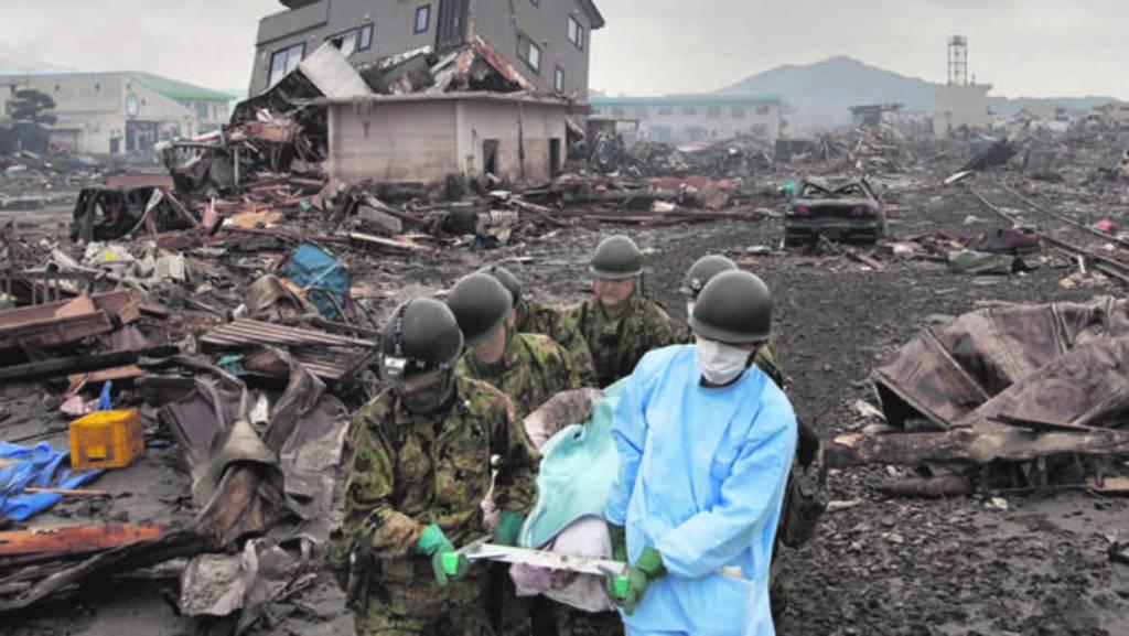 Traslado de una víctima tras el tsunami de Japón de 2011 - Reuters